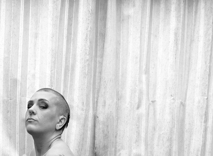 Frida med grå bakgrund