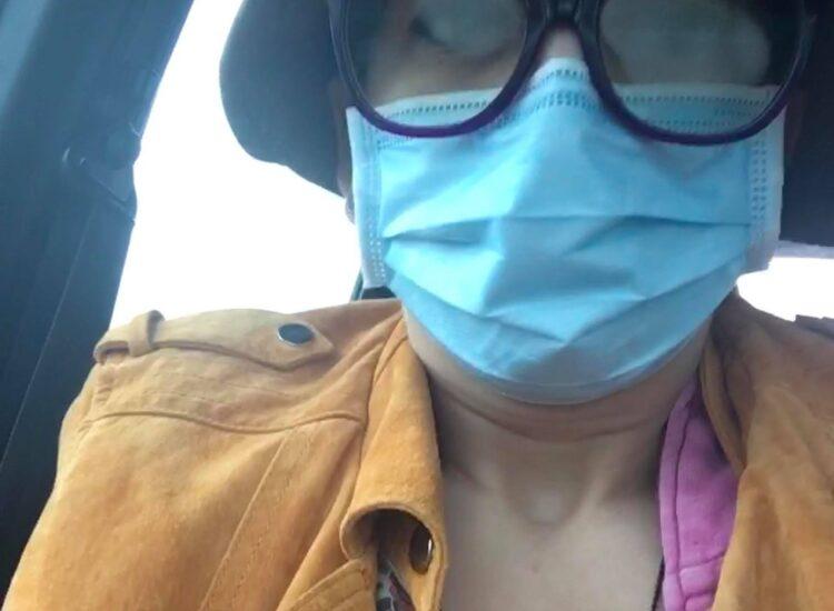 Frida med munskydd och glasögon